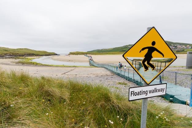 Landschaften irlands. schwimmender gehweg in barleycove beach