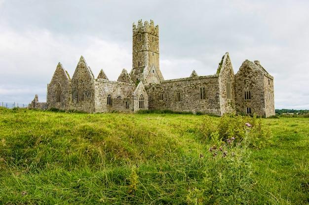 Landschaften von irland. ruinen des klosters ross in der grafschaft galway