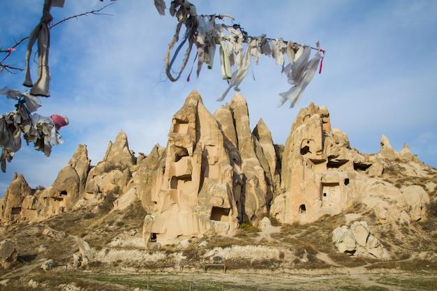 Landschaften von kappadokien mit ausgefallenen felsen, bäumen und höhlen