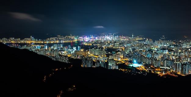 Landschafts-panoramablick einer stadt in der höhe