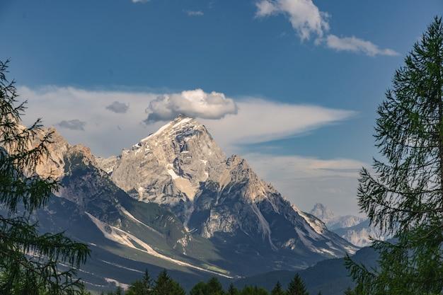 Landschaftsalpen mit hohem felsigem berg unter blauem himmel