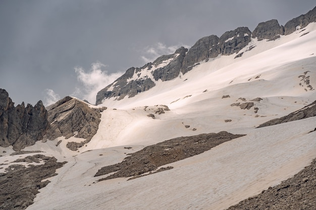 Landschaftsalpen mit schnee auf felsigem berg