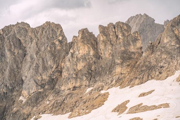 Landschaftsalpen mit weißem schnee auf felsigem berg