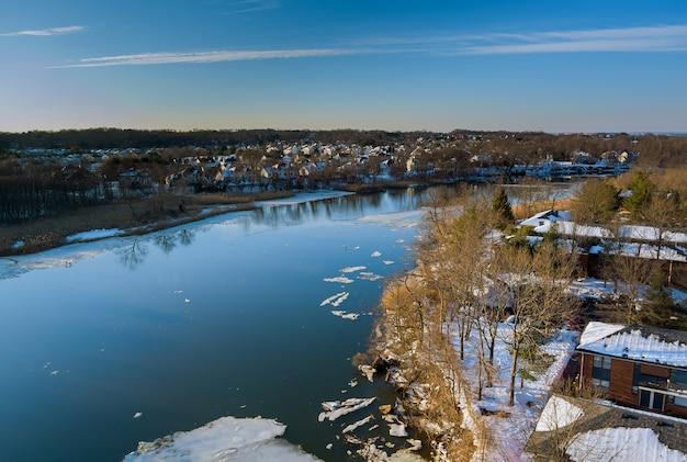 Landschaftsansicht am ufer des flusses schwimmende eis treibende schollen auf den gefrorenen flussfrühlingsfluten