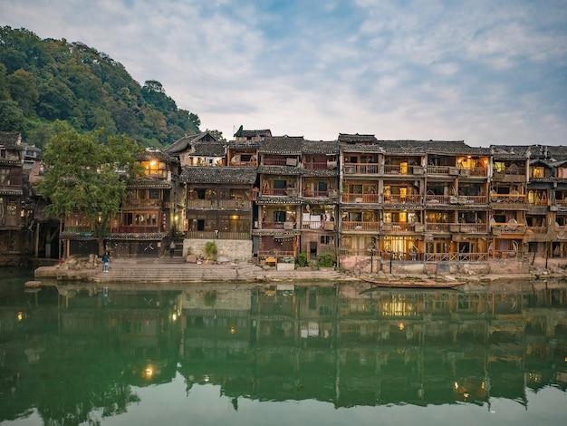 Landschaftsansicht der alten stadt fenghuang .phoenix antike stadt oder fenghuang county ist eine grafschaft der provinz hunan, china