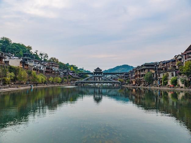 Landschaftsansicht der alten stadt fenghuang .phoenix antike stadt