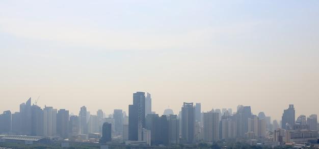 Landschaftsansicht des bangkok-stadthintergrundes am bewölkten tag.