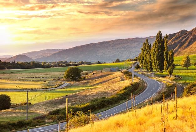 Landschaftsansicht des gebirgstals bei sonnenaufgang, neuseeland