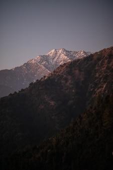 Landschaftsansicht des großen schneebedeckten himalaya-gebirges nepal-everest-gebiet