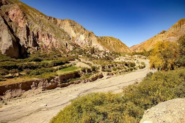 Landschaftsansicht eines kleinen dorfes von iruya, argentinien