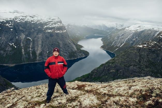 Landschaftsansicht eines sommertages mit einem touristen in den bergen