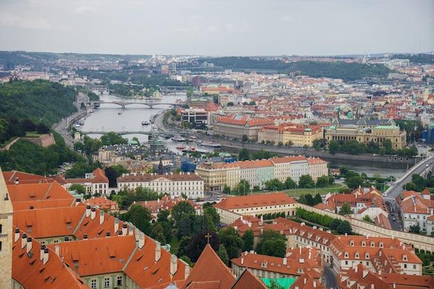 Landschaftsansicht zur karlsbrücke auf der moldau in der tschechischen republik prag.