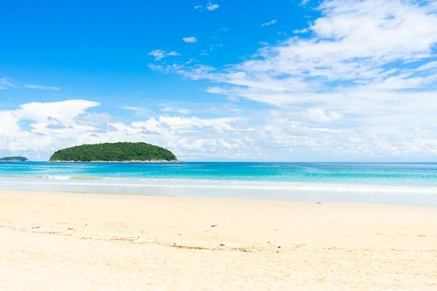 Landschaftsansichten des strandmeersandes im sommertag. in phuket thailand