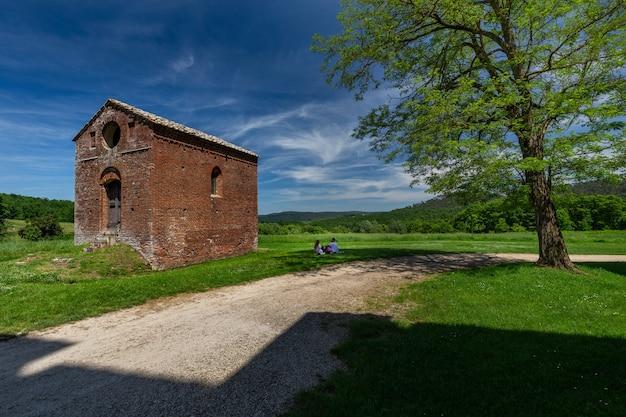 Landschaftsaufnahme der abtei des heiligen galgano in der toskana, italien
