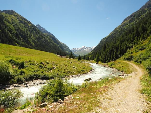 Landschaftsaufnahme des parco naturale adamello brenta strembo italien in einem klaren blauen himmel