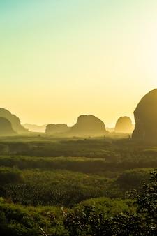Landschaftsberg mit sonnenuntergang in krabi thailand