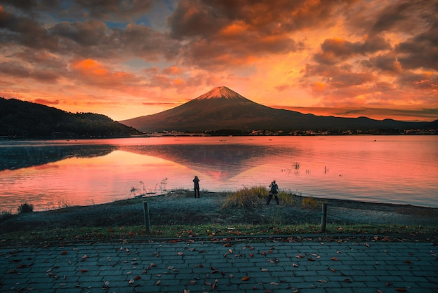 Landschaftsbild des berges. fuji über dem kawaguchiko-see mit herbstlaub bei sonnenaufgang