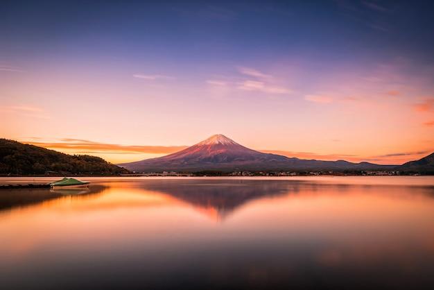 Landschaftsbild des berges fuji über see kawaguchiko bei sonnenaufgang in fujikawaguchiko, japan.