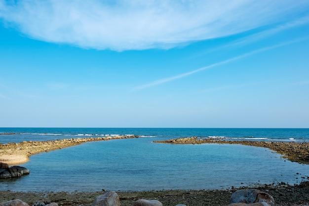 Landschaftsbild des tropischen weißen strandes mit blauem himmelhintergrund