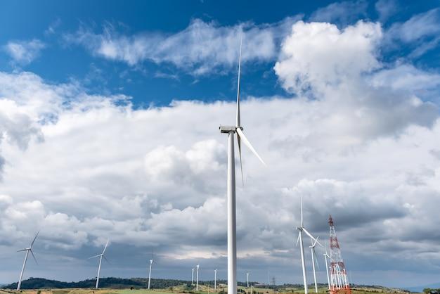 Landschaftsbilder von vielen windkraftanlagen zur stromerzeugung auf einem weitläufigen gelände. und auf einer anhöhe mit blauem himmel und weißen wolken zum stromerzeugungskonzept.