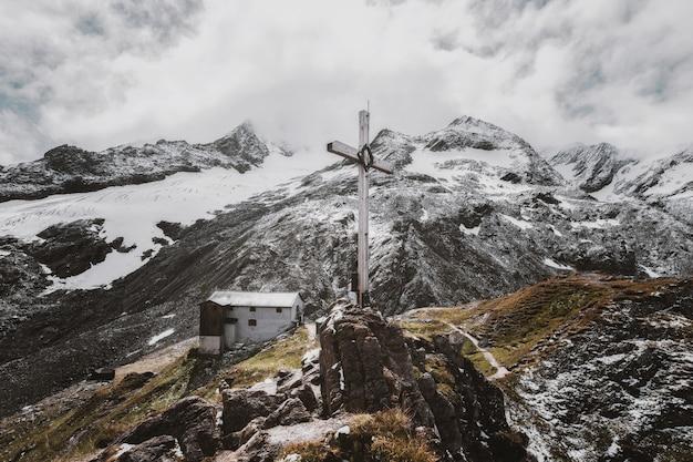 Landschaftsfoto des weißen kreuzes auf berg