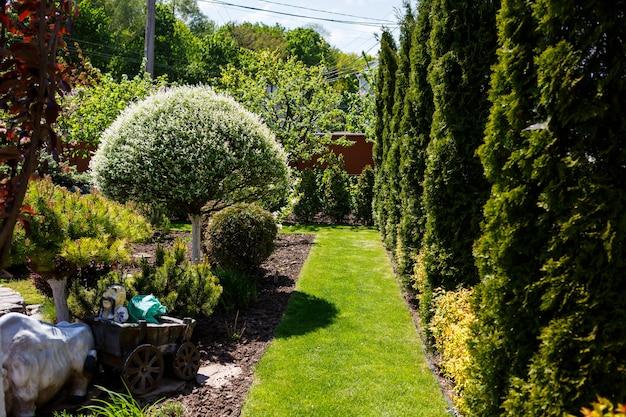 Landschaftsgestaltung des innenhofs für ein landhaus, eine lösung für die gestaltung des territoriums des erholungskomplexes