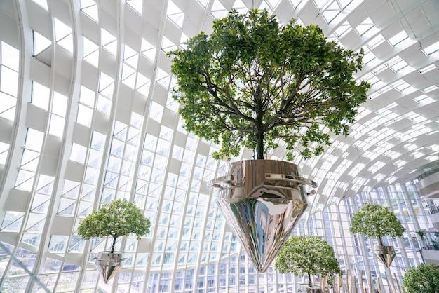 Landschaftsgestaltung von einkaufszentrumbäumen, die in der luft hängen