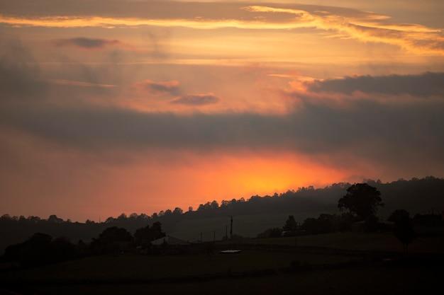 Landschaftshintergrund des bewölkten himmels