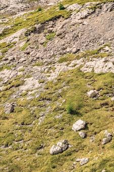 Landschaftslandschaft mit grünem moos auf felsigem berg