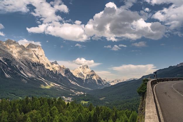 Landschaftslandschaft mit straße und alpenberg
