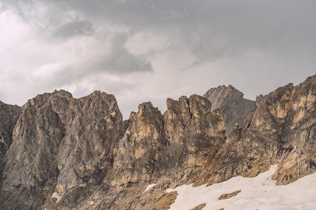 Landschaftslandschaft mit weißem schnee auf berg