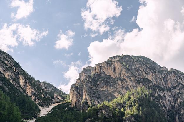 Landschaftslandschaft mit wolkenhimmel über felsigem berg