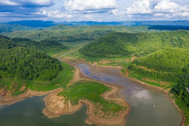 Landschaftsluft-draufsichtfluss- und berggrün-naturwald in der regenzeit mit blauem himmel