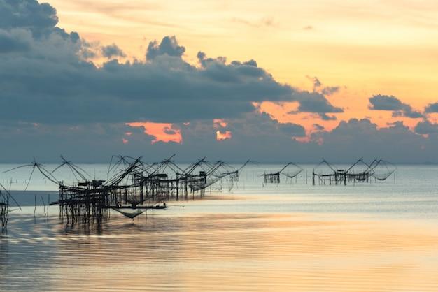 Landschaftsmarkstein des ländlichen thailändischen fischerlebensstils