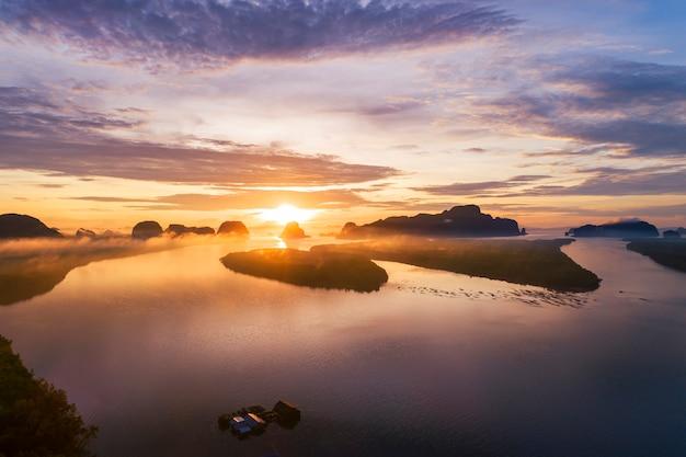 Landschaftsnaturansicht, schöner heller sonnenaufgang über bergen in thailand-vogelperspektive drohnenschuß