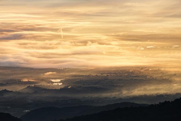 Landschaftsnebel und wolken, gebirgshintergrund