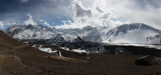 Landschaftspanoramablick auf große schneebedeckte berge des himalaya nepal everest-gebiet