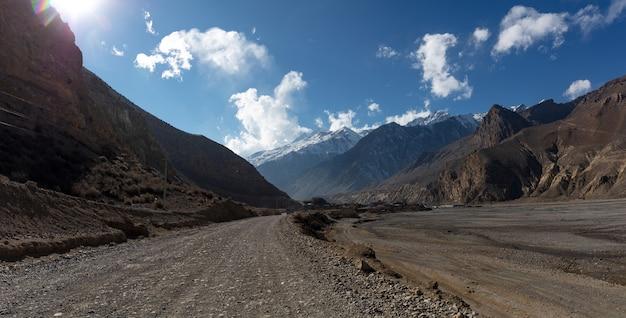 Landschaftspanoramablick auf große schneebedeckte himalaya-berge nepal-everest-gebiet