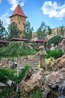 Landschaftspark mit tierfiguren aus steinen und flüssen