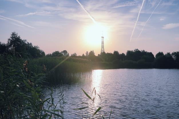 Landschaftssee. beschaffenheit des wassers. der see ist im morgengrauen. die mündung des flusses am zusammenfluss des sees.