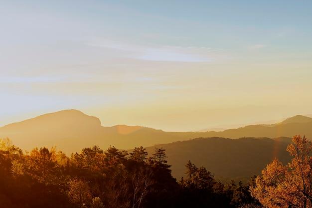 Landschaftssonnenaufgang über den bergen