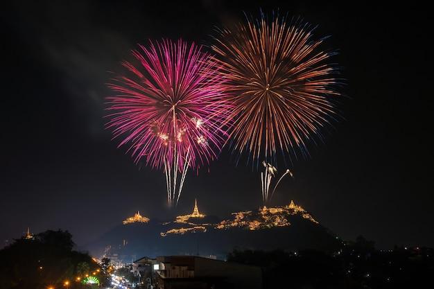 Landschaftsszene des jährlichen festivals der mehrfarbenfeuerwerke
