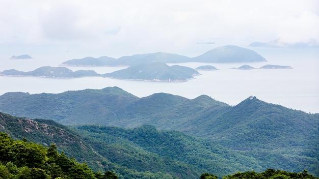 Landschaftsvogelperspektivenberg und das meer in hong- kongporzellan