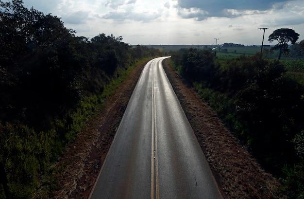 Landstraße bei sonnenuntergang in der landschaft
