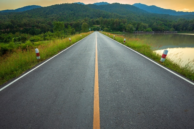 Landstraße mit szenischer ansicht des reservoirs huay tueng tao