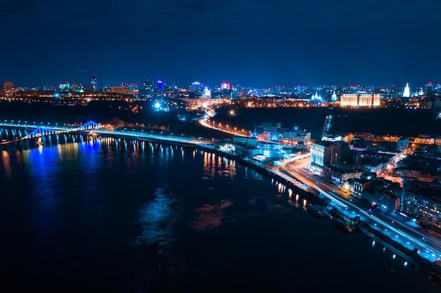 Landstraße nachts in der modernen stadt