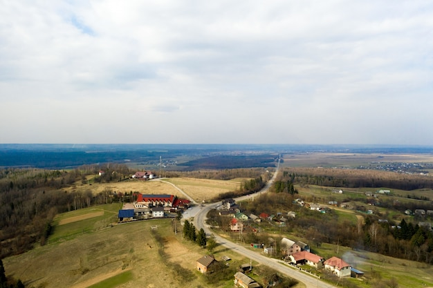 Landstraße, umgeben von üppiger grüner natur