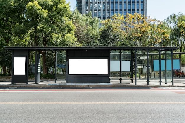 Landstraße und moderne städtische architektur in der neuen stadt qiantang-flusses, hangzhou, china