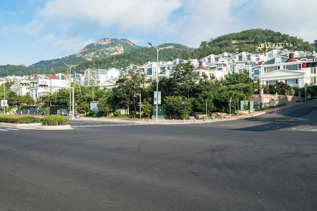 Landstraße und üppige wälder draußen, qingdao, china