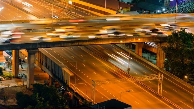 Landstraße von der draufsicht in der hauptverkehrszeit, bangkok